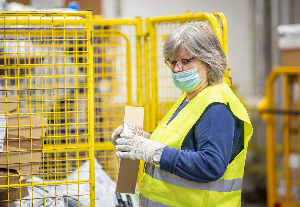 Zásilky podle čárových kódů třídí automatická čtečka. Ručně je potom kontrolují a uspořádávají pracovníci České pošty tak, aby se zásilka dostala do správné dodávky či vlaku.