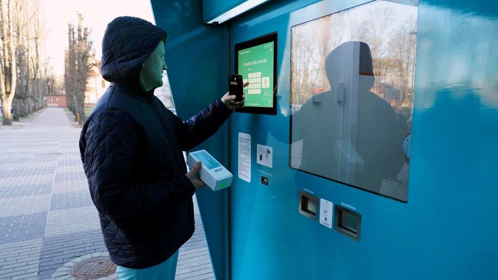 V nemocnici v lotyšském hlavním městě byl nainstalován prodejní automat, který vydává testy na koronavirus