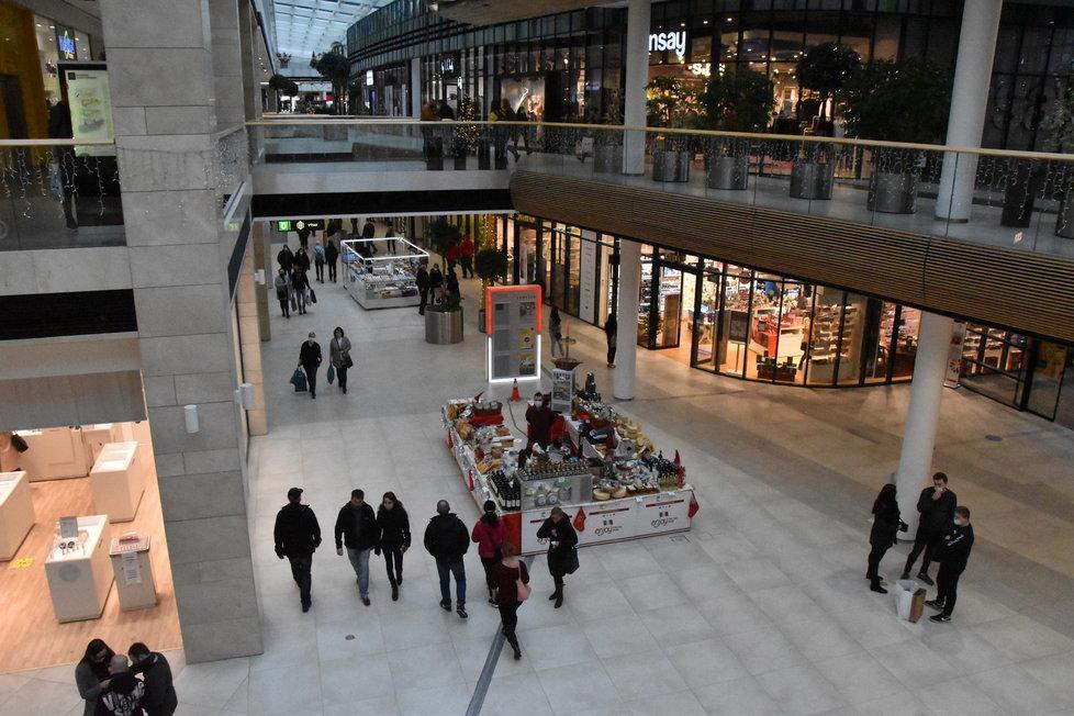 Obchodní centra v Česku zela během třetí adventní neděle prázdnotou (13.12.2020)