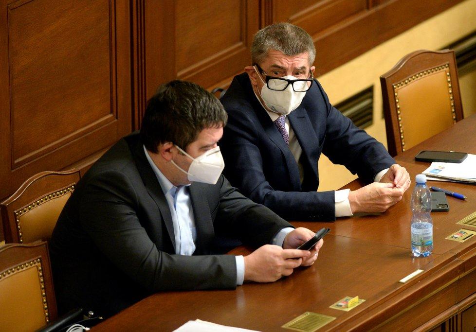 Zleva vicepremiér a ministr vnitra Jan Hamáček (ČSSD) a premiér Andrej Babiš (ANO) sedí 18. prosince 2020 v Praze na schůzi Poslanecké sněmovny, která pokračovala v projednávání návrhu státního rozpočtu na rok 2021.