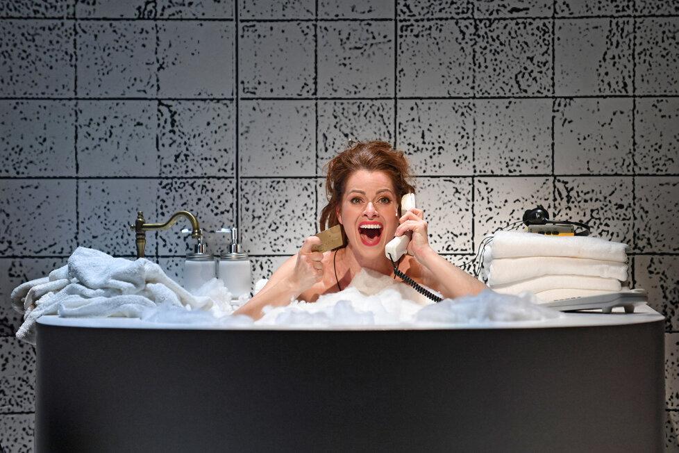 Hana Holišová v muzikálu Pretty Woman: Scéna z hotelové vany