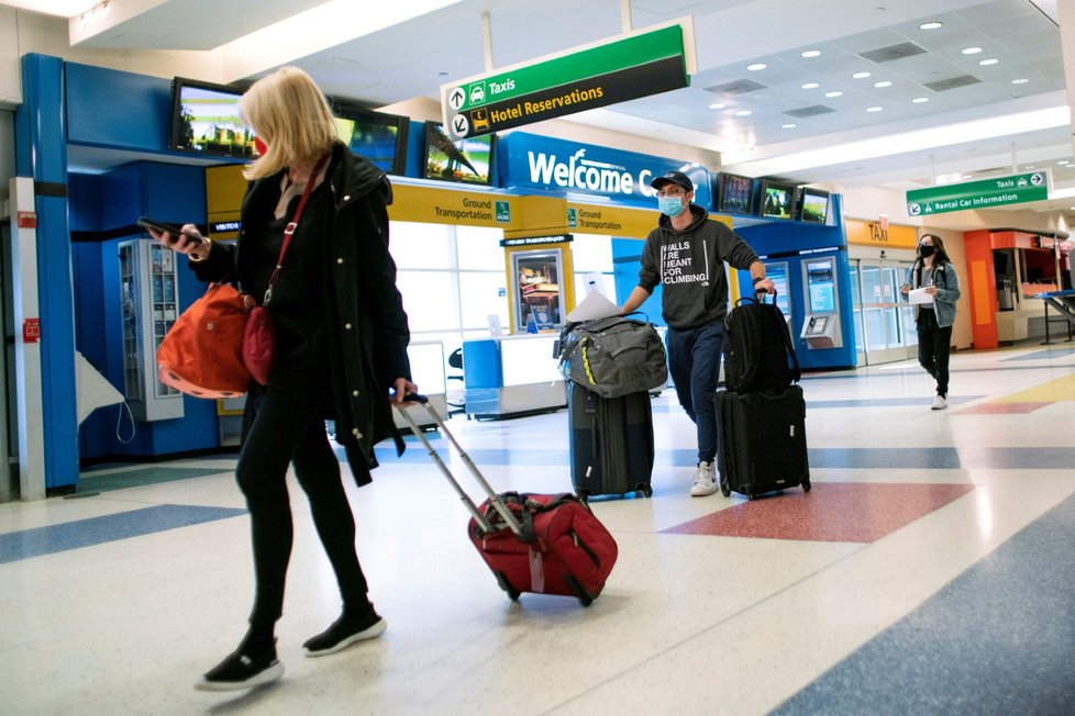 Pasažéři z Londýna dorazili do New Yorku (21. 12. 2020)