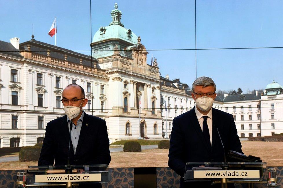 Zleva ministr zdravotnictví Jan Blatný a místopředseda vlády Karel Havlíček (oba za ANO) na tiskové konferenci po mimořádném jednání vlády (23. 12. 2020)