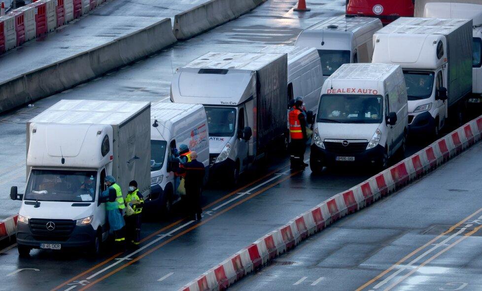 Testování řidičů kamionů v Doveru.
