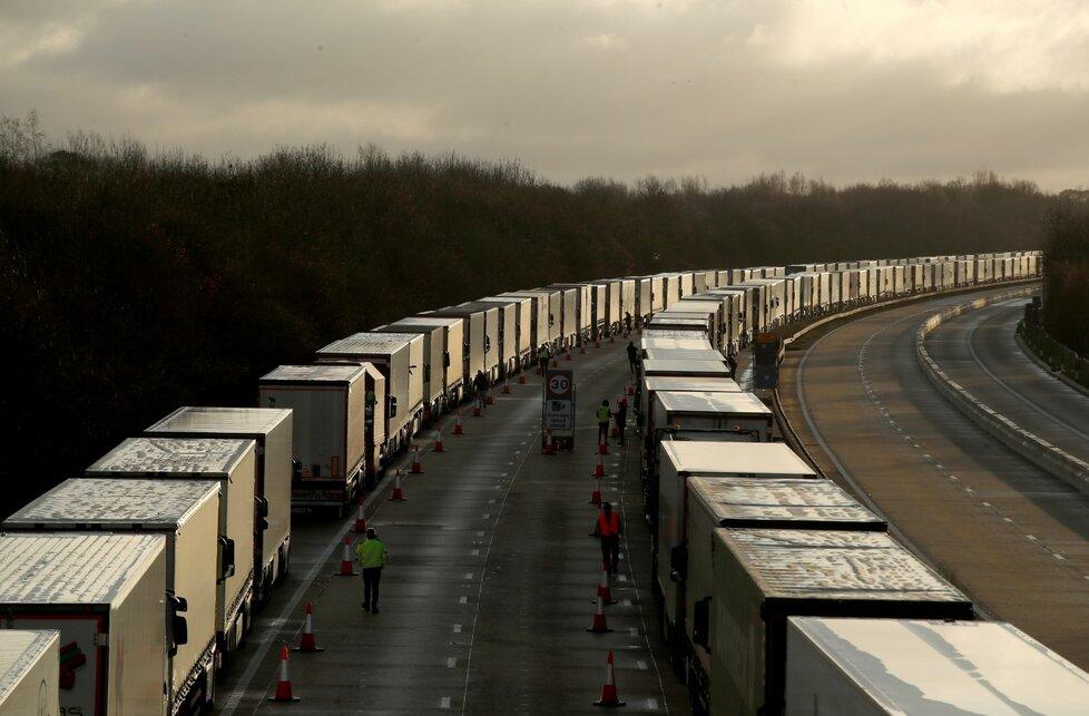 Obří kolony v Doveru.