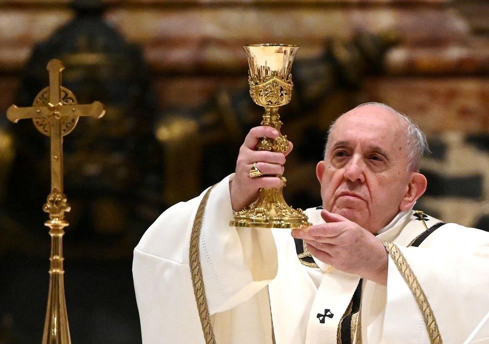 pež František vyzval na půlnoční mši ve Svatopetrském chrámě k pomoci chudým a připomněl, že sám Ježíš se narodil jako chudý vyděděnec.