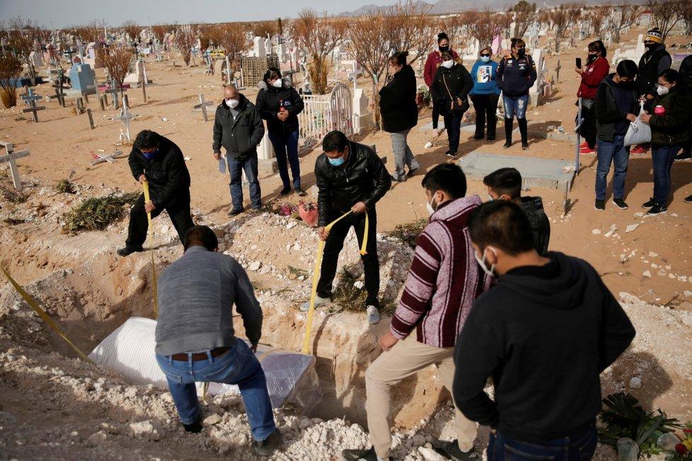 Pohřeb jedné z obětí koronaviru v Mexiku.