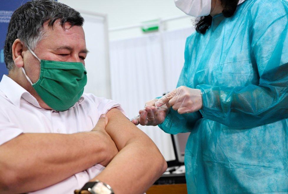 Slovensko zahájilo očkování proti covidu-19. Jako první Slovák byl ve Fakultní nemocnici Nitra očkován profesor Vladimír Krčméry
