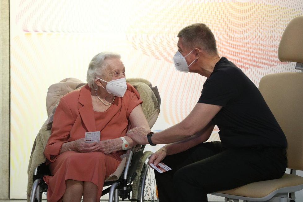 První dva naočkovaní Češi: Premiér Andrej Babiš a válečná veteránka Emilie Řepíková (27.12.2020)