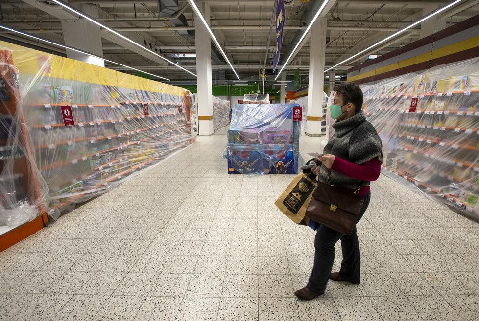 Omezení prodeje zboží v obchodech: Regály zakryté igelitem i páskou (27.12.2020)
