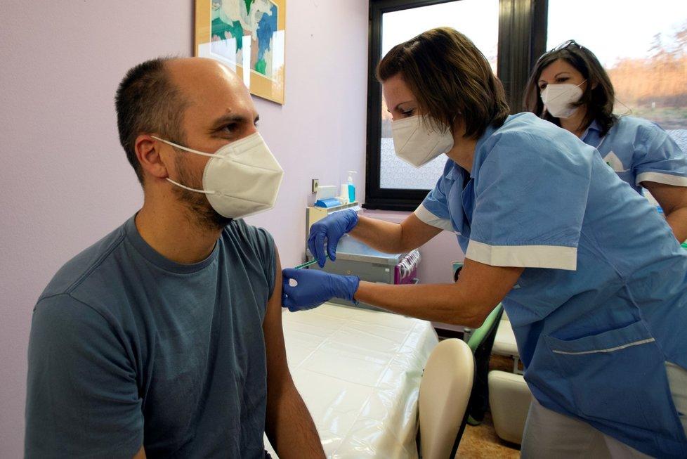 Pracovník motolské nemocnice v Praze dostává v den zahájení očkování proti nemoci covid-19 dávku vakcíny (27. 12. 2020)