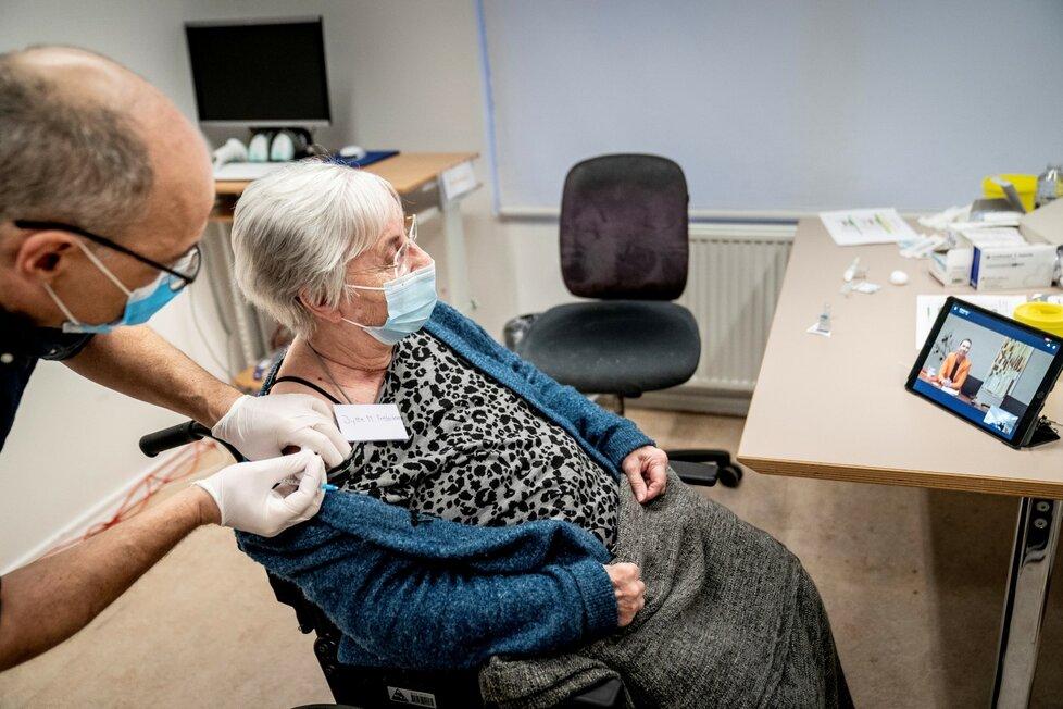 Očkování seniorů vakcínou proti covidu-19 v Dánsku (27. 12. 2020)