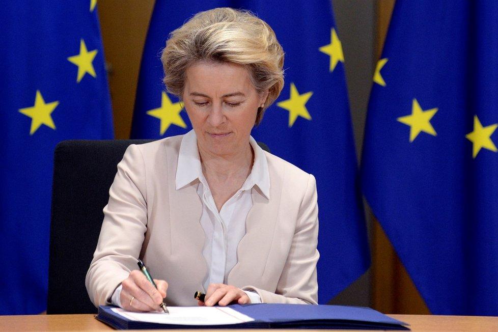 Předsedkyně Evropské komise Ursula von der Leyenová a předseda Evropské rady Charles Michel v Bruselu podepsali dohodu, která upravuje vztahy Evropské unie s Británií od příštího roku (30. 12. 2020)