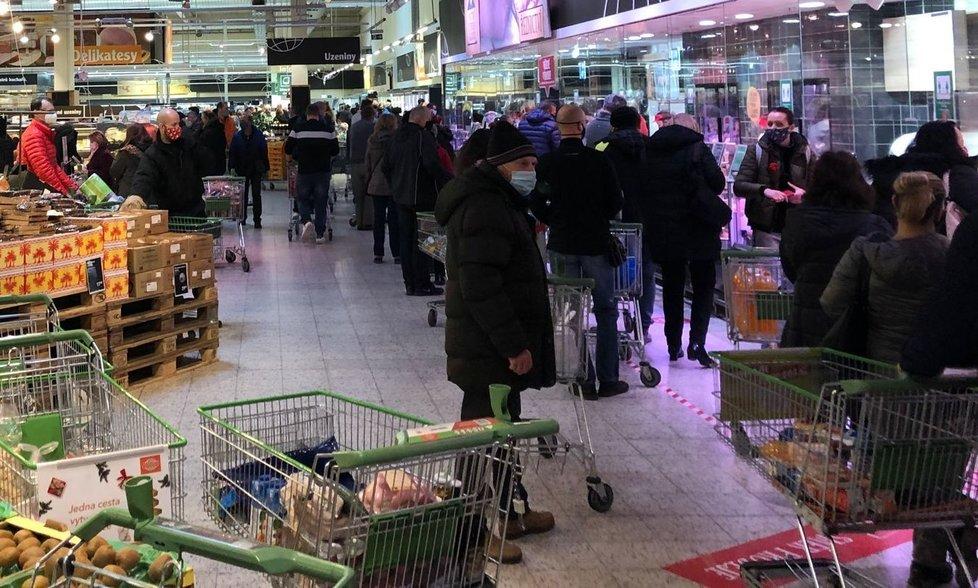 Hypermarket Globus v Praze na Zličíně den před Silvestrem (30. 12. 2020)