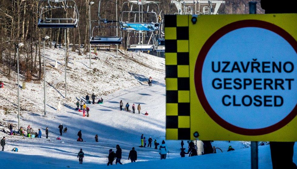 Na Klíny v Krušných horách přijelo mnoho lidí za zimními radovánkami, i když lyžařské areály, respektive lanovky a hotely v nich, jsou nyní uzavřené kvůli vládním opatřením proti pandemii koronaviru. (30. 12. 2020)