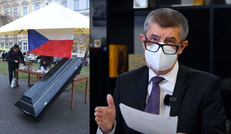 Premiér Andrej Babiš (ANO) a rakev vystavená na protest proti vládním opatřením (3. 1. 2021)
