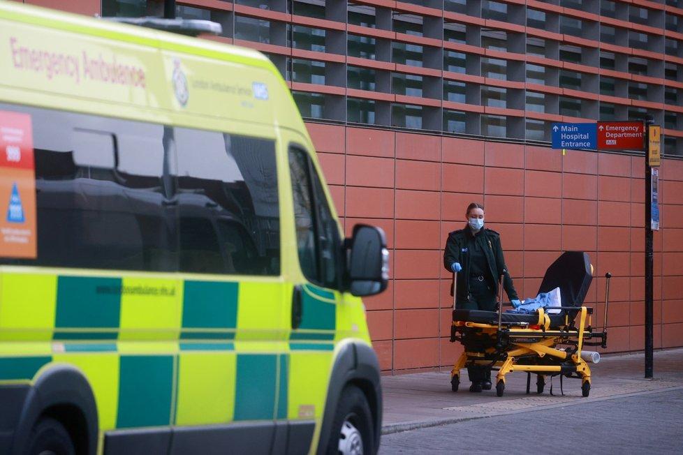 Kvůli extrémnímu přetížení nemocnic v Londýně čekají sanitky ve frontách.