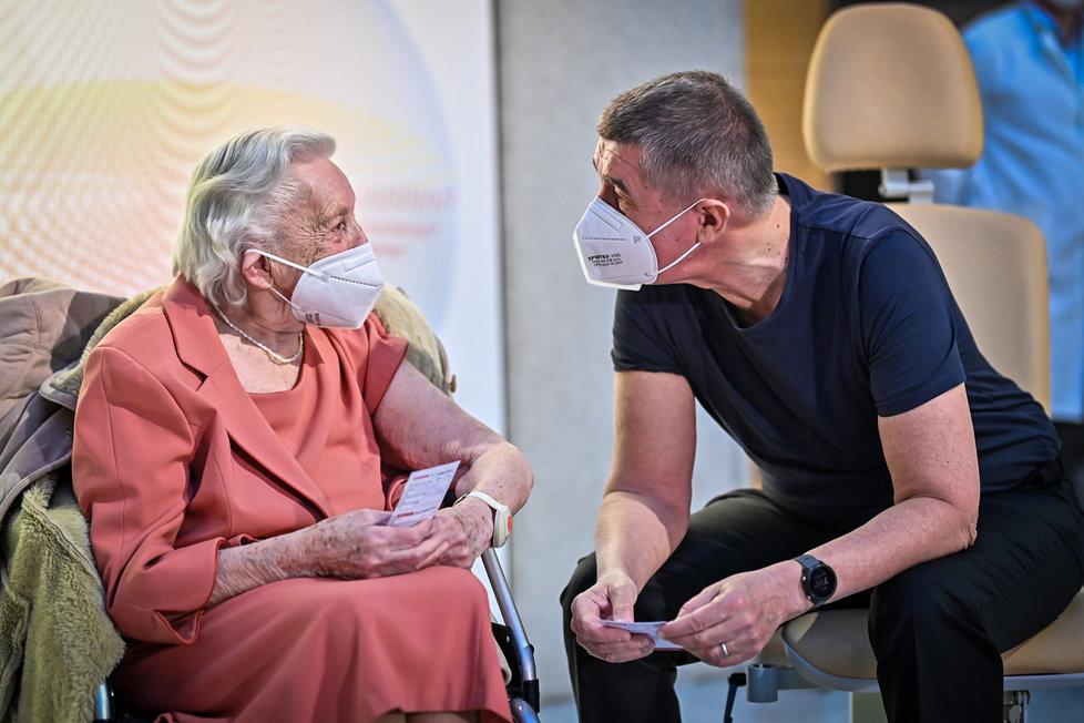 Andrej Babiš se nechal očkovat 27. prosince 2020. Na snímku s Emílií Řepíkovou, válečnou veteránkou, která dostala vakcínu také