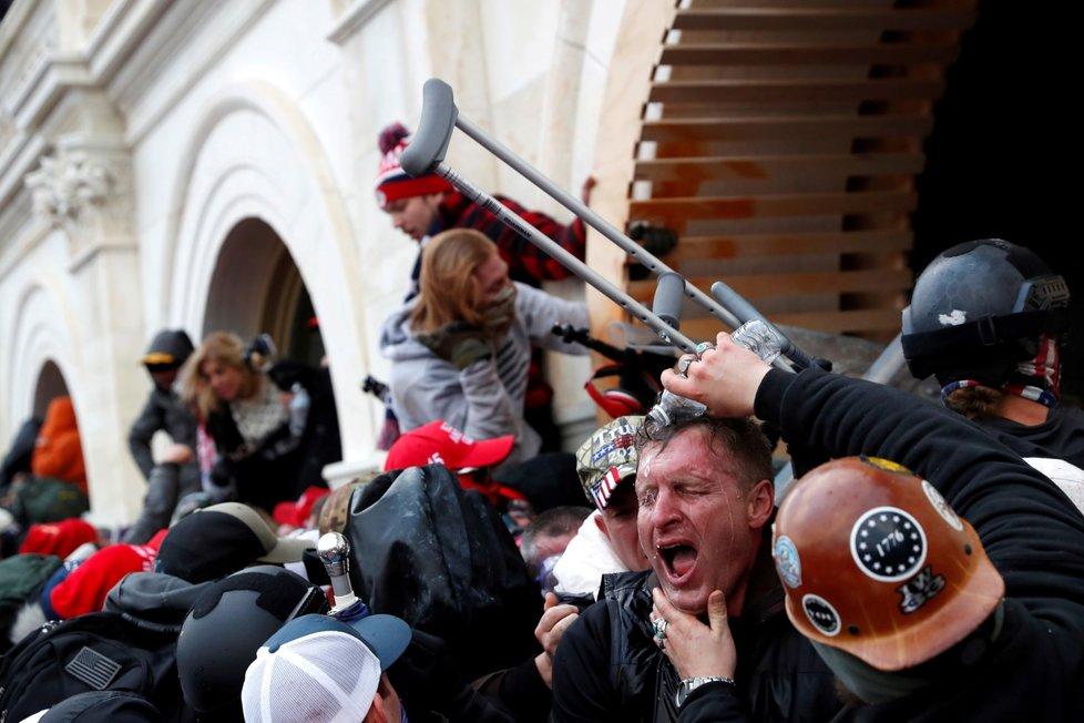 Trumpovy příznivce rozháněla policie, použila i slzný plyn.