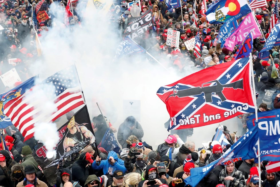 Policie použila na rozehnání Trumpových příznivců slzný plyn.