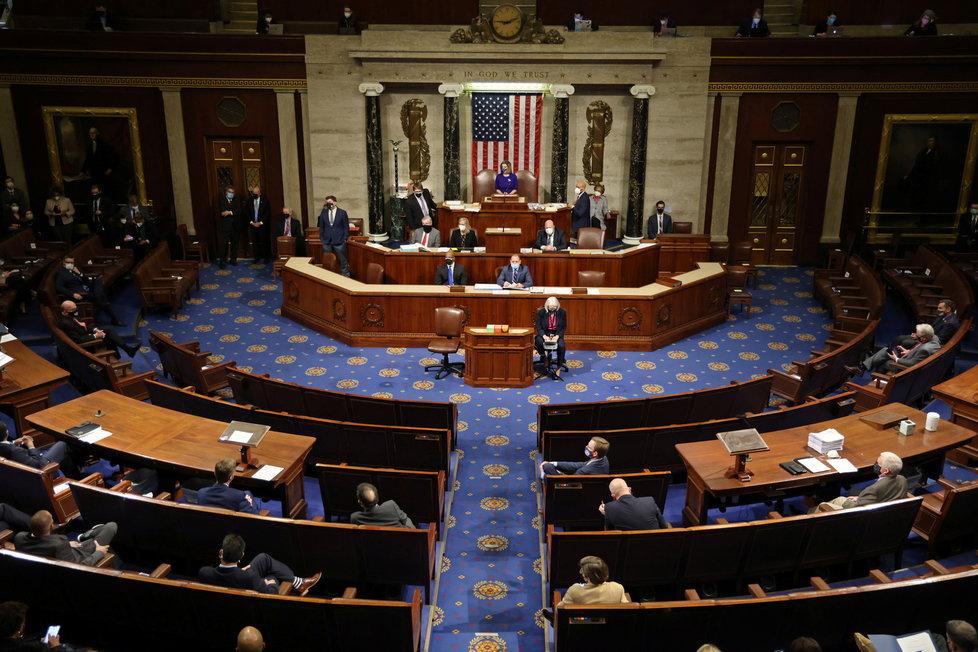 Jednání amerického Senátu o potvrzení výsledků prezidentských voleb, které narušili Trumpovo příznivci (7.1.2021)