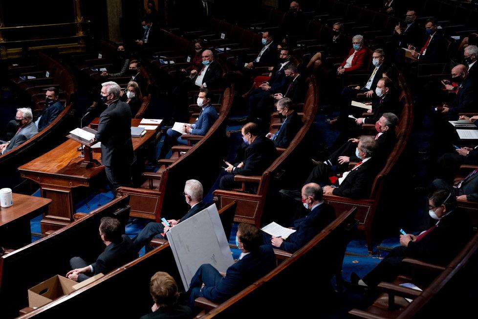 Jednání amerického Senátu o potvrzení výsledků prezidentských voleb, které narušili Trumpovo příznivci (7.1.2021).