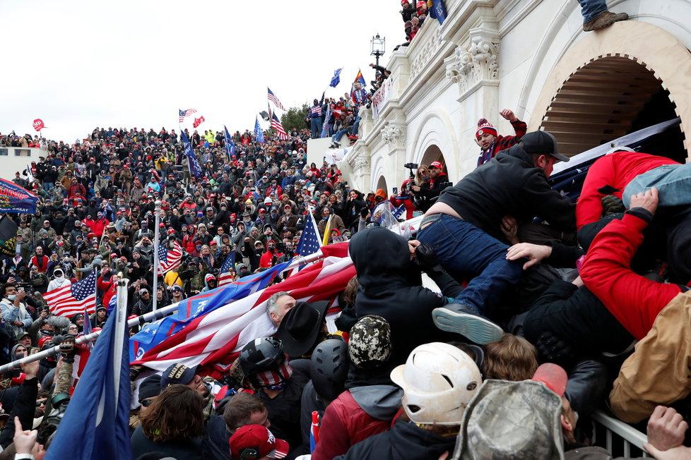 Nepokoje ve Washingtonu, při kterých do budovy Kapitolu vtrhli příznivci Donalda Trumpa (7.1.2021).