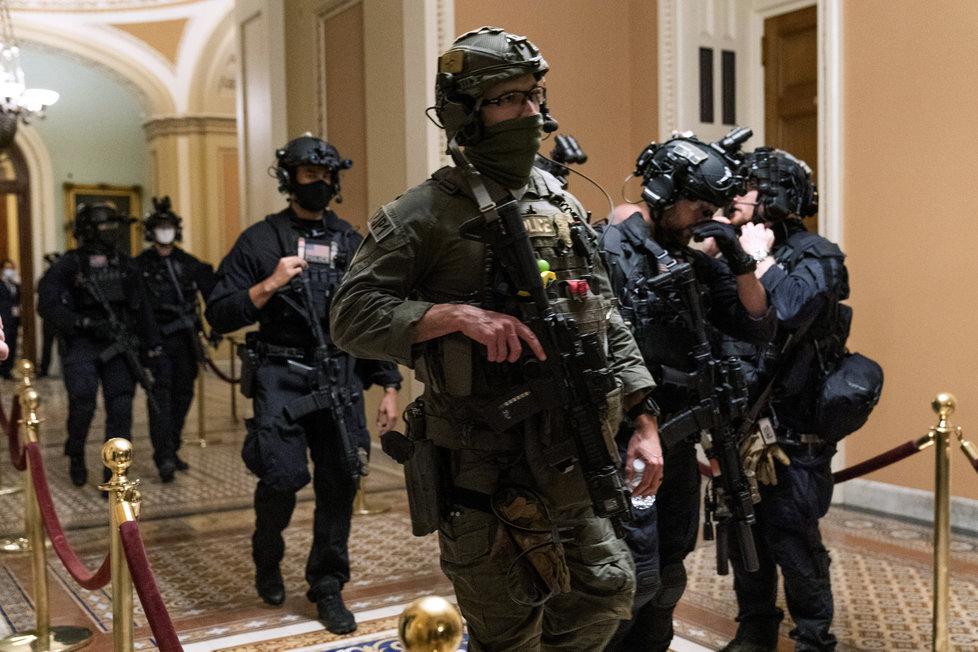 Ozbrojená policie hlídá jednání v americkém Senátu (7.1.2021)
