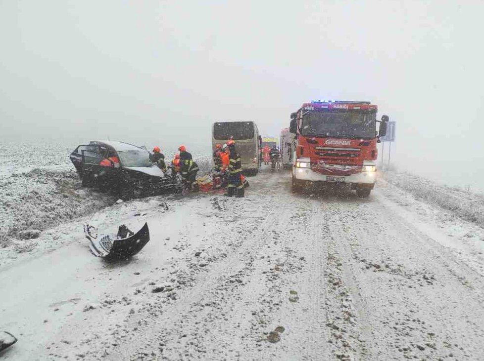 Dopravní nehoda kvůli sněhu v Jihomoravském kraji (6. 1. 2021)