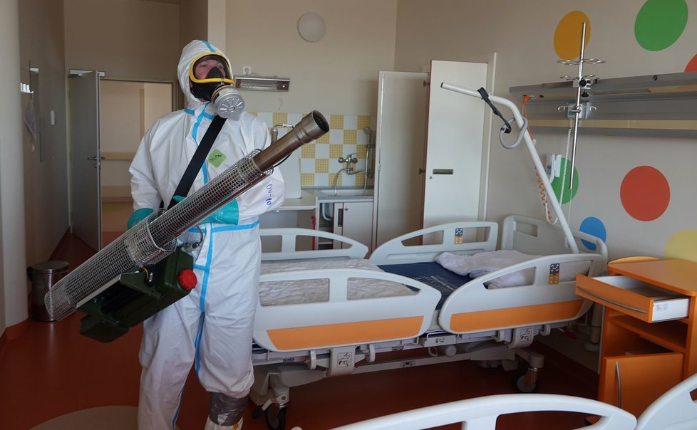 Dezinfikování nemocnice v Chebu kvůli koronaviru
