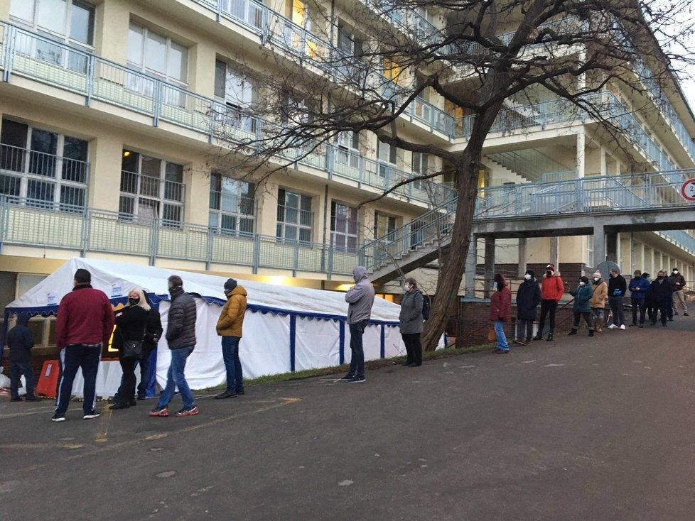 Testování na koronavirus v pražské nemocnici Na Bulovce (10. 1. 2021)
