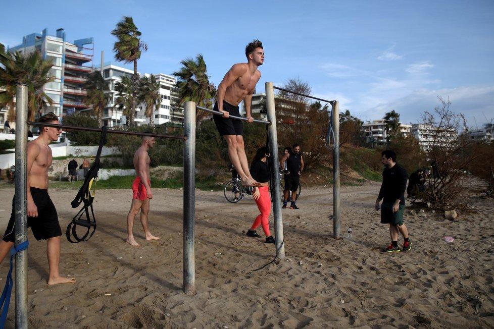 Koronavirus v Řecku: Teplé počasí vylákalo lidi na pláže, a to i přesto, že zde platí přísná karanténa (10.1.2021)