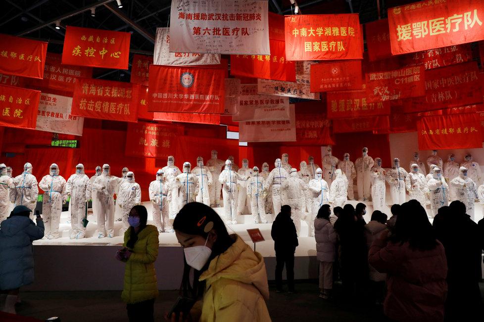 Výstava ke koronaviru v čínském Wuhanu, někdejšímu ohnisku nákazy