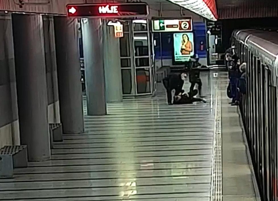 Surovec v metru napadl stařenku (90), požádala ho, aby ji pustil sednout.