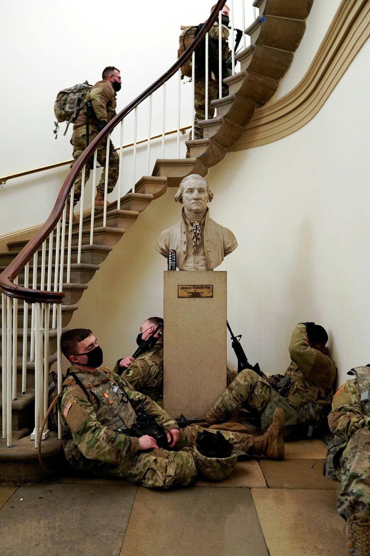 Vojáci Národní gardy před a v Kapitolu před jednáním o impeachmentu, (13.01.2021).