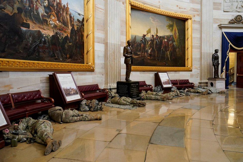 Národní garda vyspávající v Kapitolu před jednáním o ústavní žalobě na Trumpa (13. 1. 2021)