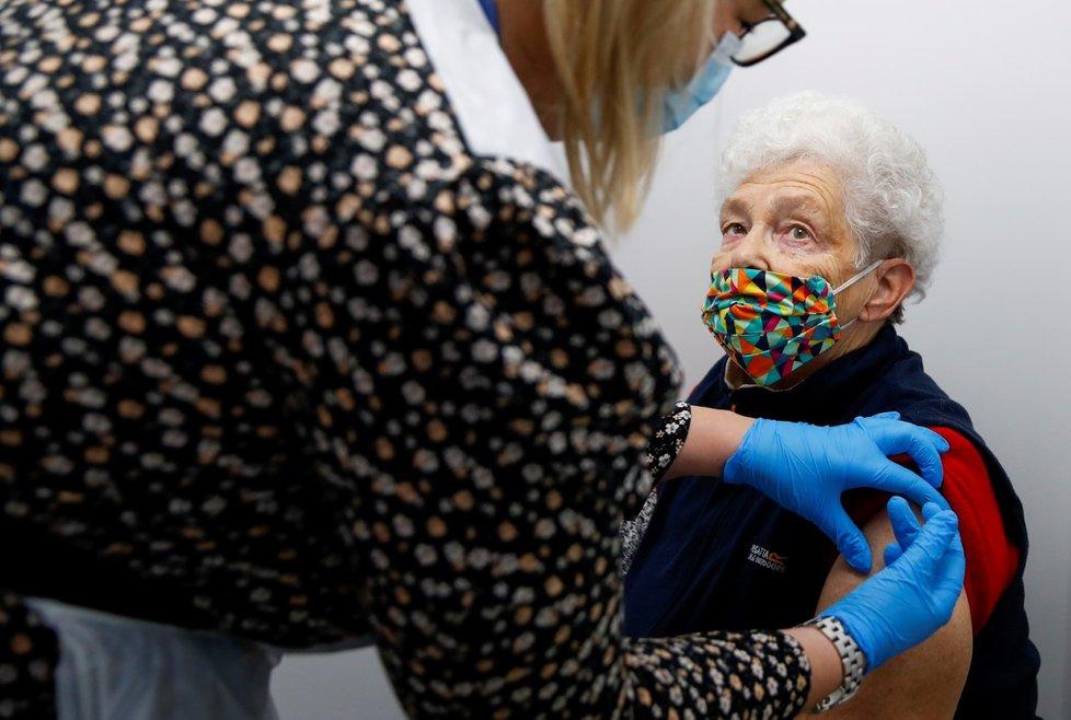 V Británii se začíná očkovat proti covidu-19 i v lékárnách (14. 1. 2021)