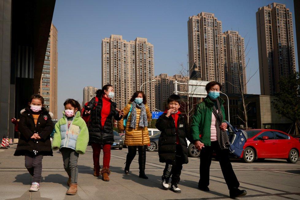 Ve Wu-chanu nosí lidé i víc než rok po vypuknutí pandemie roušky.