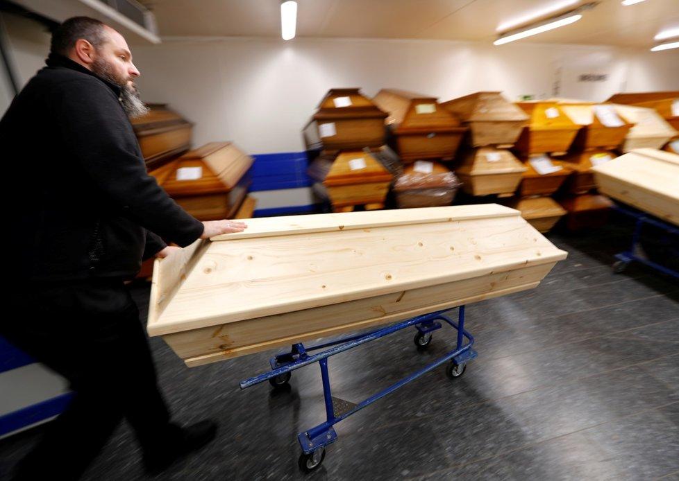 Krematorium v Německu s rakvemi lidí nakažených onemocněním covid-19 (15. 1. 2021)