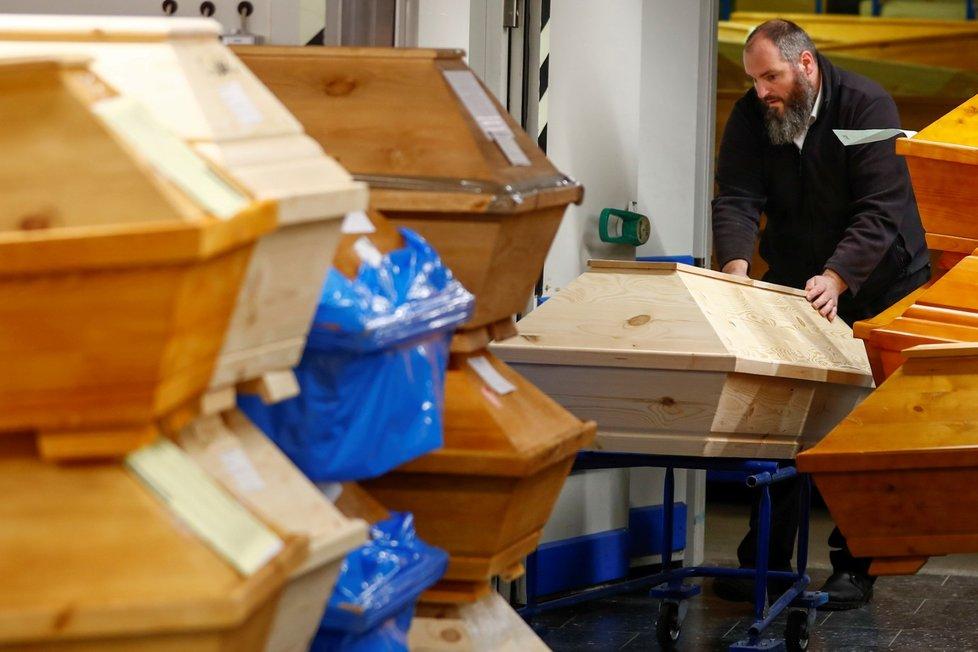 Krematoria v Německu téměř nestíhají spalovat mrtvé.
