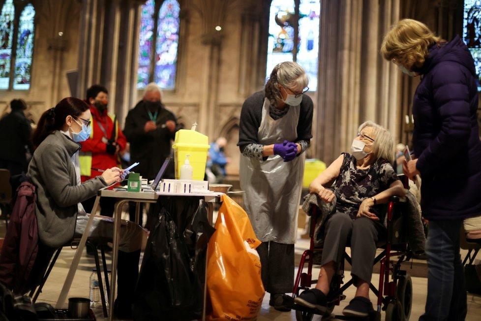 Po nemocnicích a lékárnách se v Británii proti covidu-19 očkuje už i v kostelech.