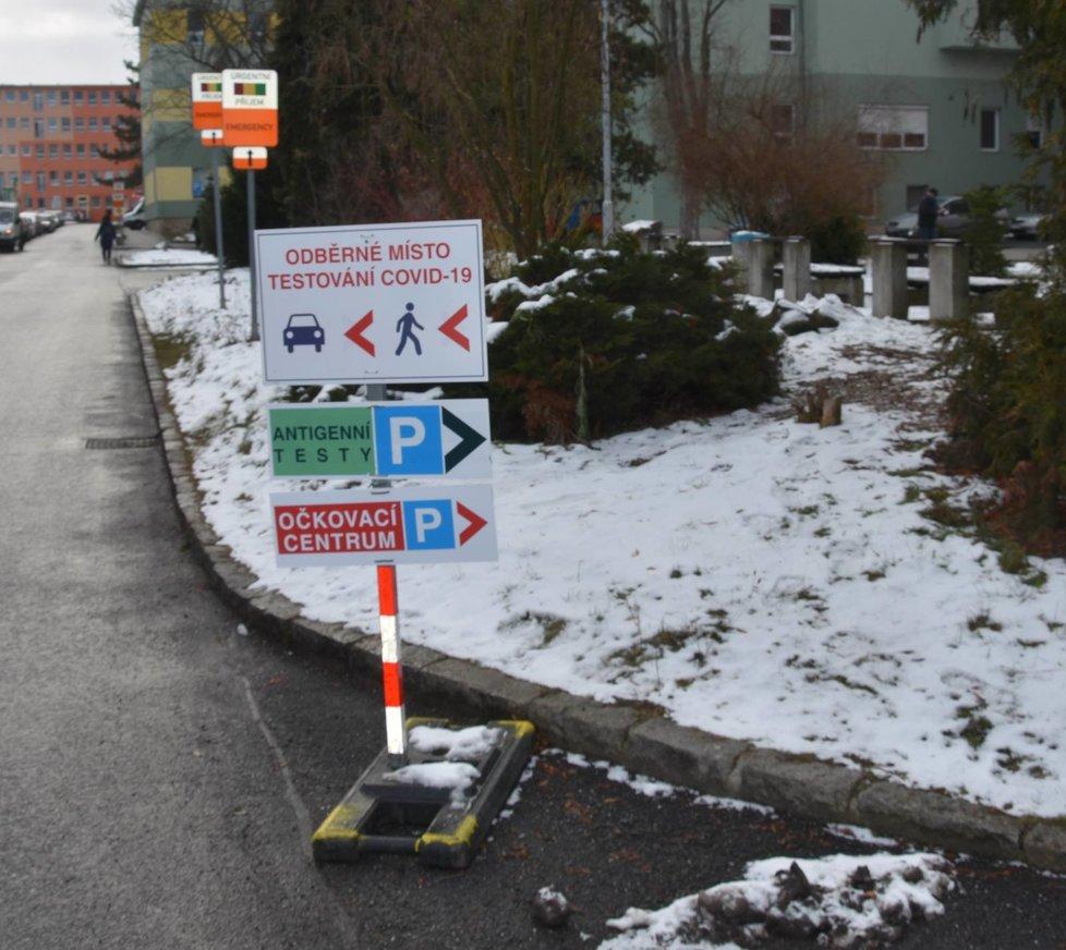 Od vchodu do areálu plzeňské fakultní nemocnice až k očkovacímu centru jsou rozmístěny cedule.