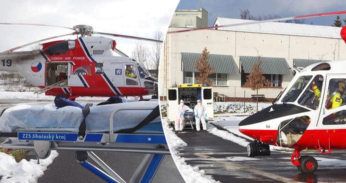 Armádní vrtulník pomáhá s transportem nakažených z nemocnice v Chebu.