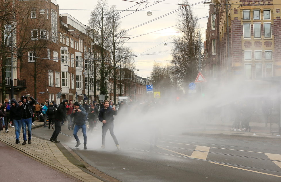 Koronavirus v Nizozemsku: Protesty proti restrikcím.