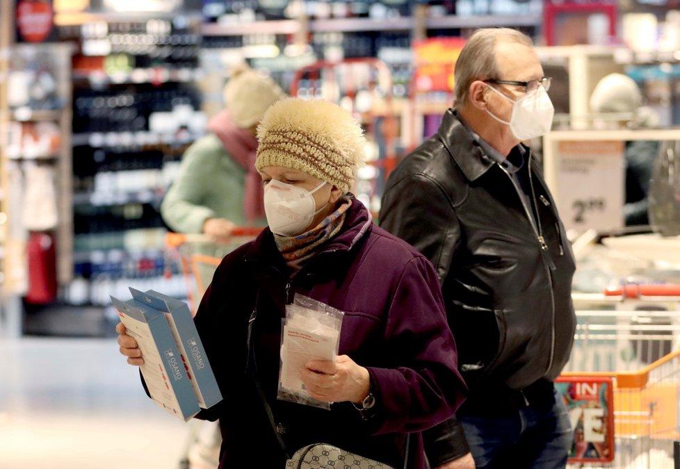 V Rakousku musí ode dneška lidé na řadě veřejných míst nosit respirátory typu FFP2 (25. 1. 2021)