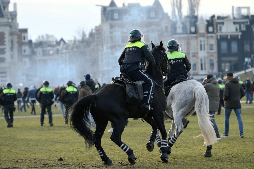 Protesty proti opatřením v Amsterdamu.