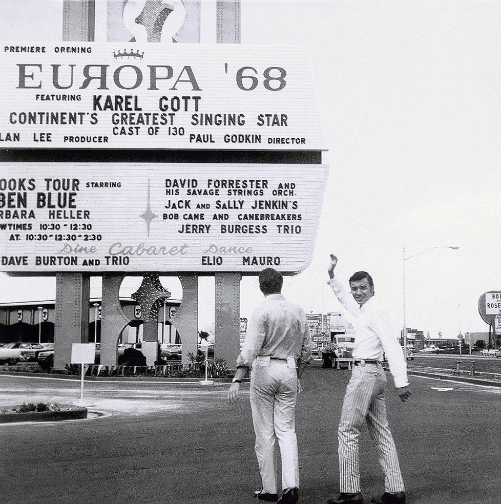1967 - Karel a Láďa přijímají gratulace po příletu z osmiměsíčního angažmá v Las Vegas