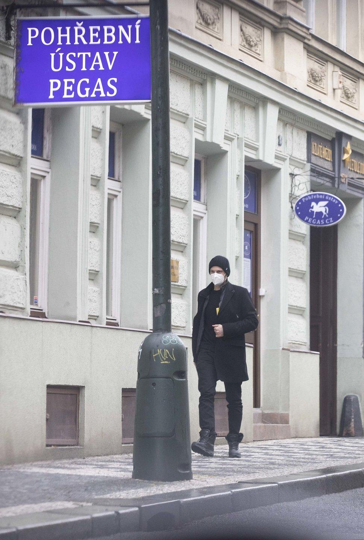 7. 2. 2021, 15:10 hod. Praha - Nové Město: Syn Ladislava Štaidla Jiří vycházel z pohřebního ústavu