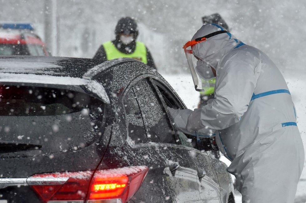 Policisté u testovacího stanoviště pro pendlery na česko-německém hraničním přechodu v Pomezí nad Ohří (30. 1. 2021)