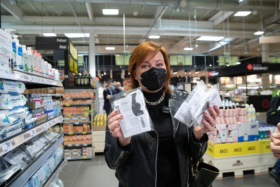 Ministryně financí Alena Schillerová (za ANO) vyrazila do supermarketu ověřovat ceny respirátorů (5. 2. 2021)